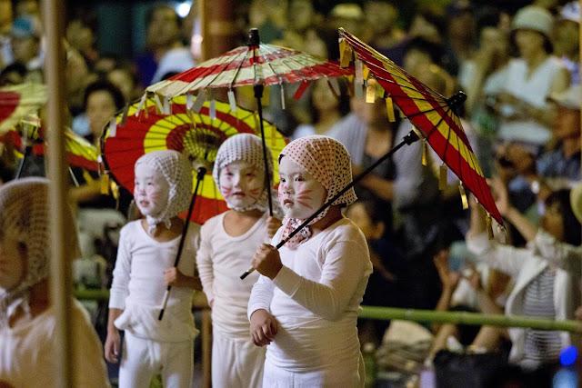 Lễ hội Obon của người Nhật Bản có đến 3 mốc thời gian tổ chức tùy theo địa phương: Bon tháng bảy (Shichigatsu Bon): 15 – 7 dương lịch, Bon cũ (Kyu Bon): 15 – 7 âm lịch, Bon tháng tám (Hatchigatsu Bon): 15 – 8 dương lịch. Trong đó, Hatchigatsu Bon là lễ hội lớn nhất được tổ chức tại Kyoto và thu hút lượng lớn người dân và khách du lịch tham gia.
