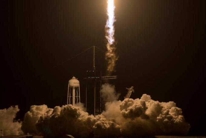 Decollato il razzo di SpaceX: il primo con soli turisti a bordo