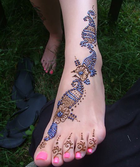 New Glitter Mehendi Designs For Feet With Blue Brocade And Stones