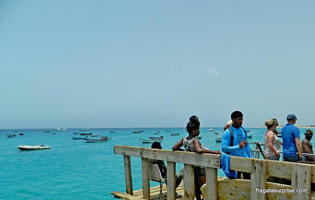O mar azul da Ilha do Sal