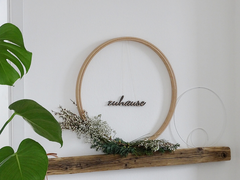 Lettering-Wanddeko mit Stickrahmen - Kolumne: Was bedeutet Zuhause für dich? - https://mammilade.blogspot.de