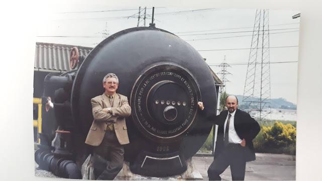 Pepe Rodríguez (izqda.) y otro compañero Nicanor Acebal posan con el contadoron recién trasladado a la planta del Alto de Pumarín