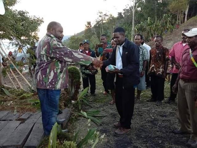 Wakil Bupati Tolikara Dinus Wanimbo.SH.MH memberikan bantuan dana kepada jemaat GIDI Klasis wunin dua Distrik Timori Kab.Tolikara