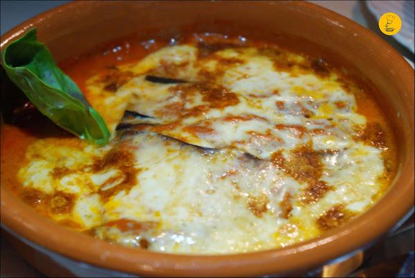 Parmigiana di Melanzane (milhojas de berenjenas al horno, salsa de tomate, queso parmesano y mozzarella) en Casa dei Pazzi Madrid Chueca