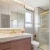 Banheiro pequeno neutro com armário em mdf rosa e metais dourados!