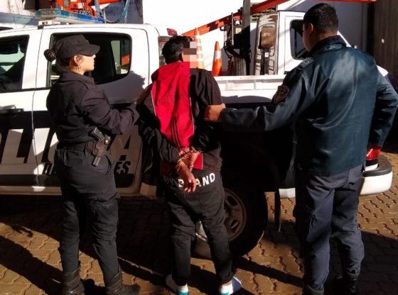 Robó prendas de vestir, intentó agredir a policías y terminó detenido
