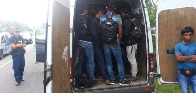 Román embercsempészt és tizenkét migránst fogtak el Tata térségében