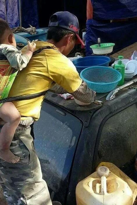 Albañil trabaja con su hijo a la espalda tras quedar viudo; no tiene con quién dejarlo
