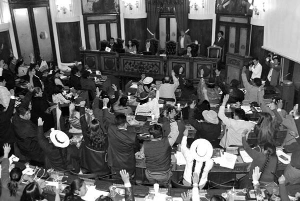 Ministro Quintana termina su interpelación con aprobación de la Asamblea Legislativa