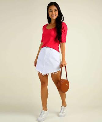 Camiseta básica e tênis de cores claras são ótimas opções para uma composição básica e moderna