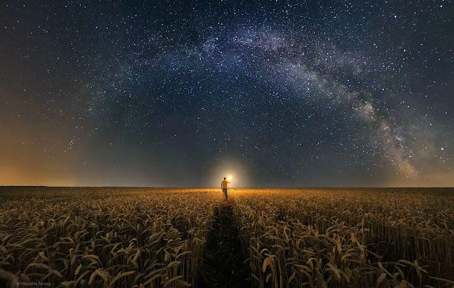 человек в поле и млечный путь