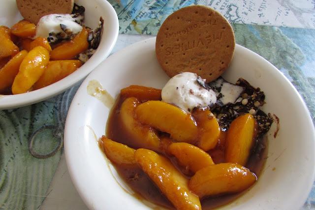 Deser z karmelizowanymi brzoskwiniami