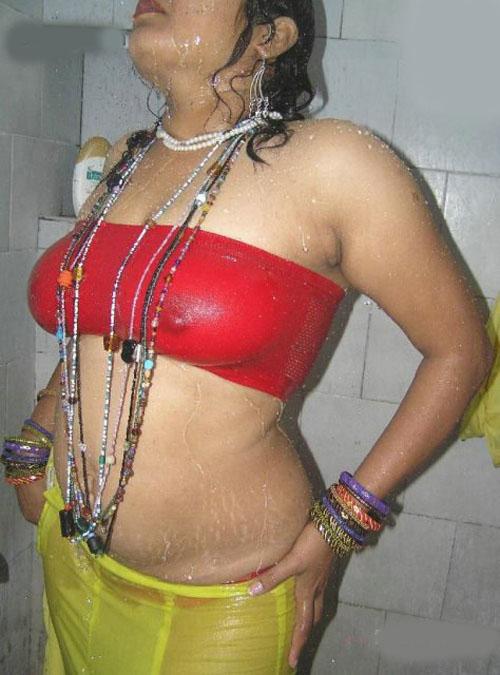 Desi Sexy Bhabhi Aunty Bathing Body Hot Ass Pics