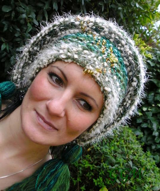 czapka na drutach z haftem koralikami