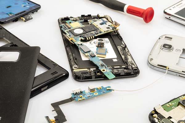 memperbaiki smartphone ke tempat service