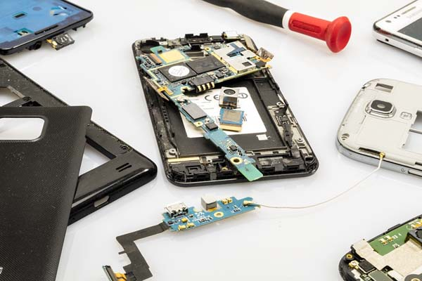 Memperbaiki Smartphone Ke Tempat Service? Jangan Sembarangan, Ikuti Tips Ini Sebelum Menyesal