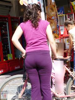 Bonita mujer pantalones yoga marcando calzon