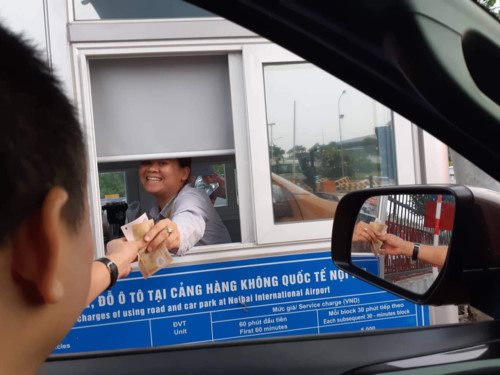 """Vào sân bay Nội Bài, lái xe """"cắn răng"""" nộp phí gấp 10 lần BOT"""