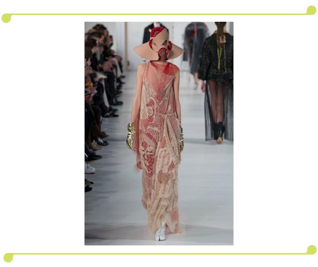 Sombero original y acorde con el vestido y por supuesto su diseñador.