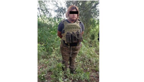 Capturan a La Chuky, Cuazita bien empecharada vestida con ropa Militar que a la hora ver a la ley, salieron corriendo
