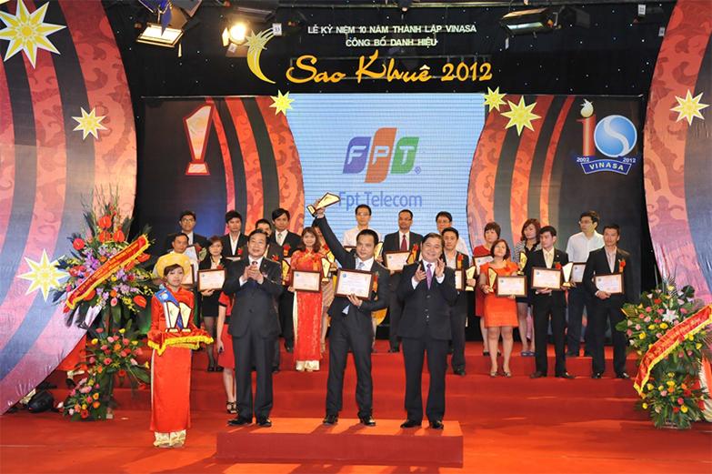 Ông Nguyễn Văn Khoa - Tổng Giám đốc FPT Telecom - nhận giải thưởng Sao Khuê 2012