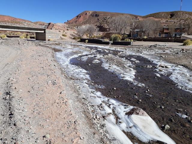 Bei uns in den Anden ist es in der Nacht klirrend kalt geworden. Der Hausfluss taut kaum noch auf. Das Wasser in der Küche ist bis 13.00 Uhr zugefroren.