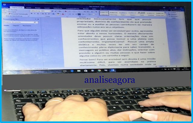 A foto mostra alguém digitando um texto no computador/notebook para um trabalho da universidade ou de um blog etc.
