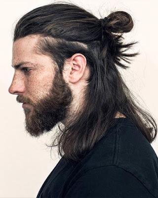 peinado recogido casual para hombres con cabello largo