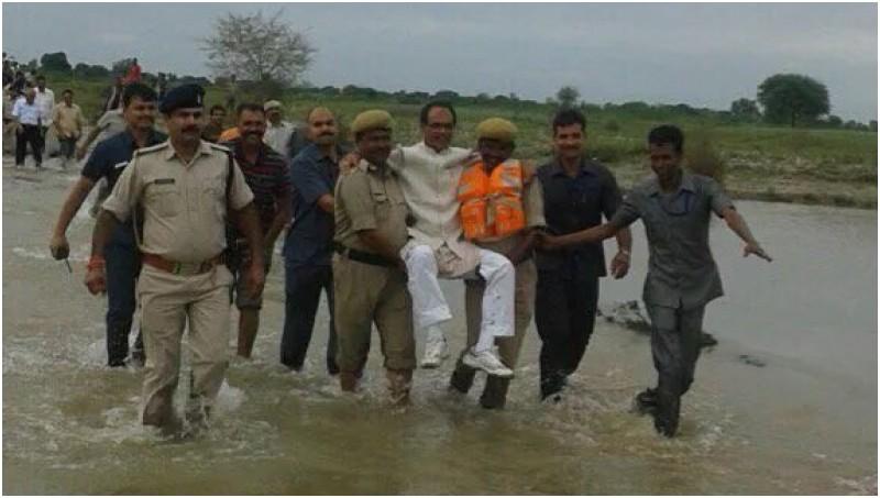 Menteri India digendong saat blusukan ke daerah banjir