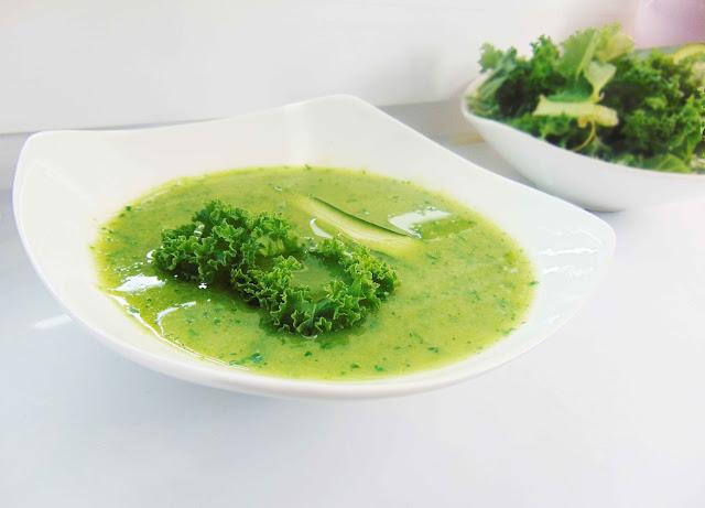 Zupa brokułowo-cukiniowa z jarmużem i jabłkiem