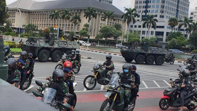 Pasukan TNI Kerahkan Panser Keliling Jakarta, Copoti Baliho Habib Rizieq Shihab