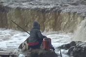 Diduga Tercemar, Air Bengawan Solo Berwarna Merah Kehitaman
