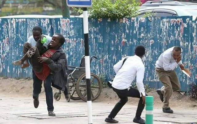 Photos: Kenyan journalist risks his life to save disabled beggar from a swarm of angry bees outside Supreme Court