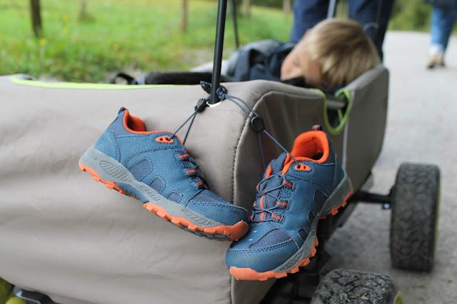 Wanderschuhe fuer Kinder Bollerwagen Wandern mit Kindern