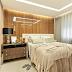 Quarto neutro e sofisticado com cama de casal e painel de madeira ripada em alto brilho!