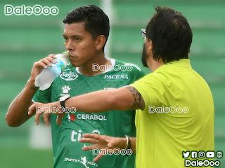 Alan Mercado recibiendo isntrucciones de Pablo Sánchez en el partido entre Real Santa Cruz vs Oriente Petrolero - DaleOoo