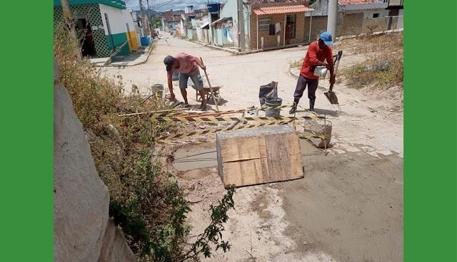 Secretaria de Infraestrutura recupera áreas de riscos no bairro Pontilhão em Belo Jardim