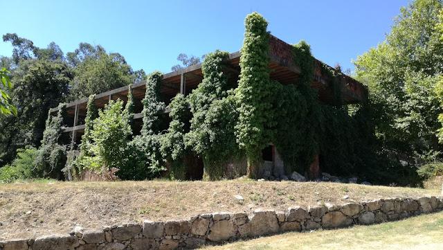 Edifício Abandonado coberto de verde