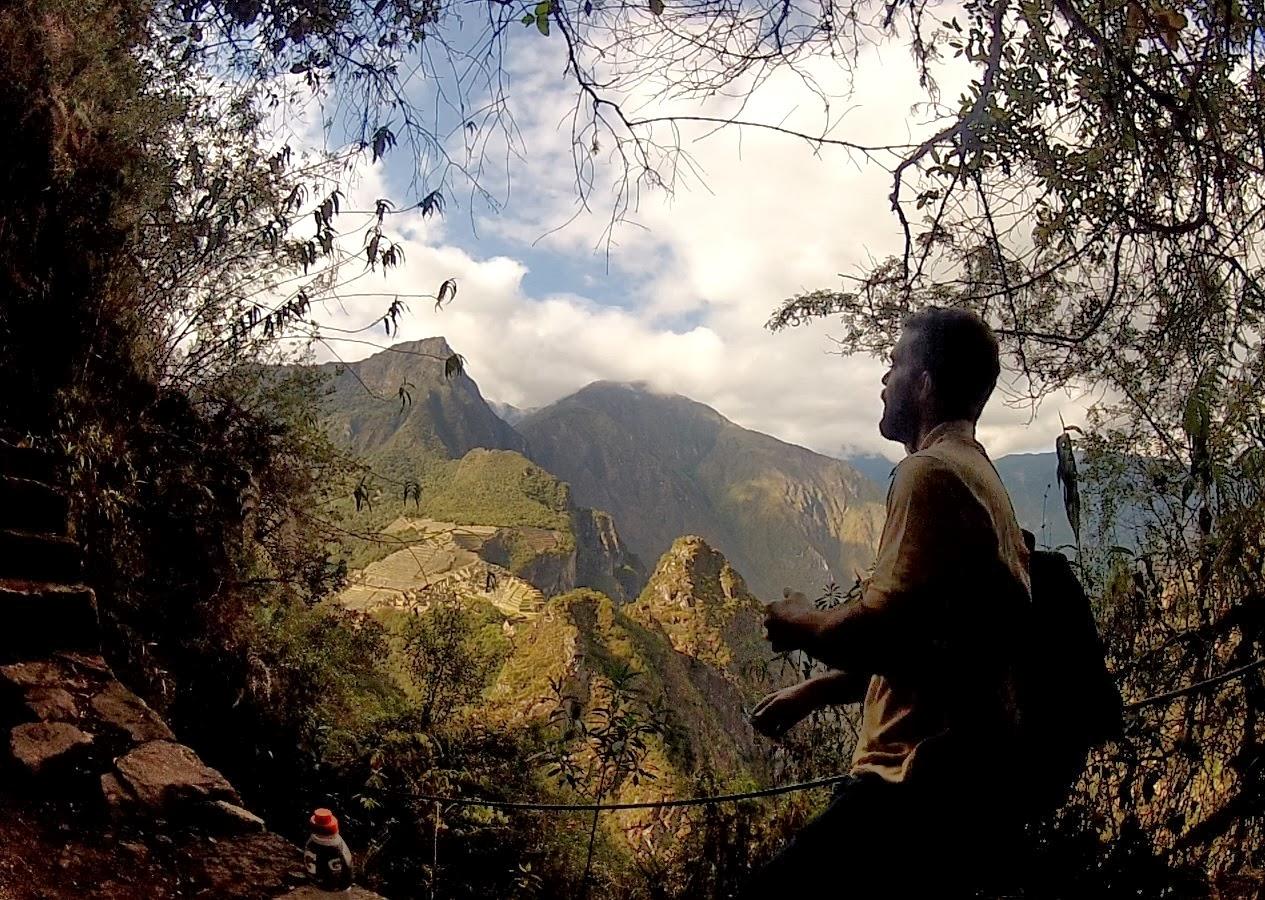 Uma bela pose subindo o Huaynapicchu.