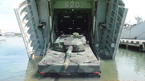 Tank Leopard RI Ujicoba Embarkasi Dari KRI Teluk Bintuni Buatan Indonesia