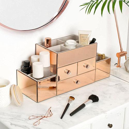 organizador dorado para productos de maquillaje