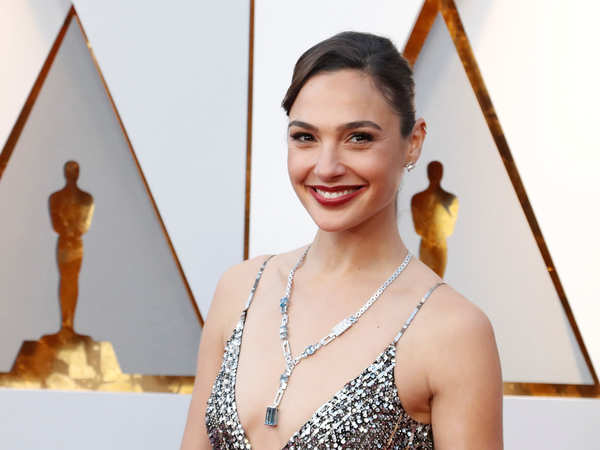 Gal Gadot Shows Off Her Sexy Cleavage with Jewellery Actress Trend