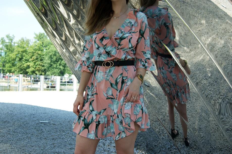 brzoskwiniowa sukienka w kwiaty idealna na wesele