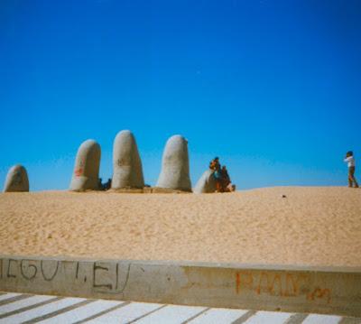 O Monumento Los Dedos foi erguido pelo artista plástico chileno Mario Irrazábal em 1982, na Parada 1 da Praia Brava de Punta Del Este, no Uruguai. Fotografei o local em 1997.