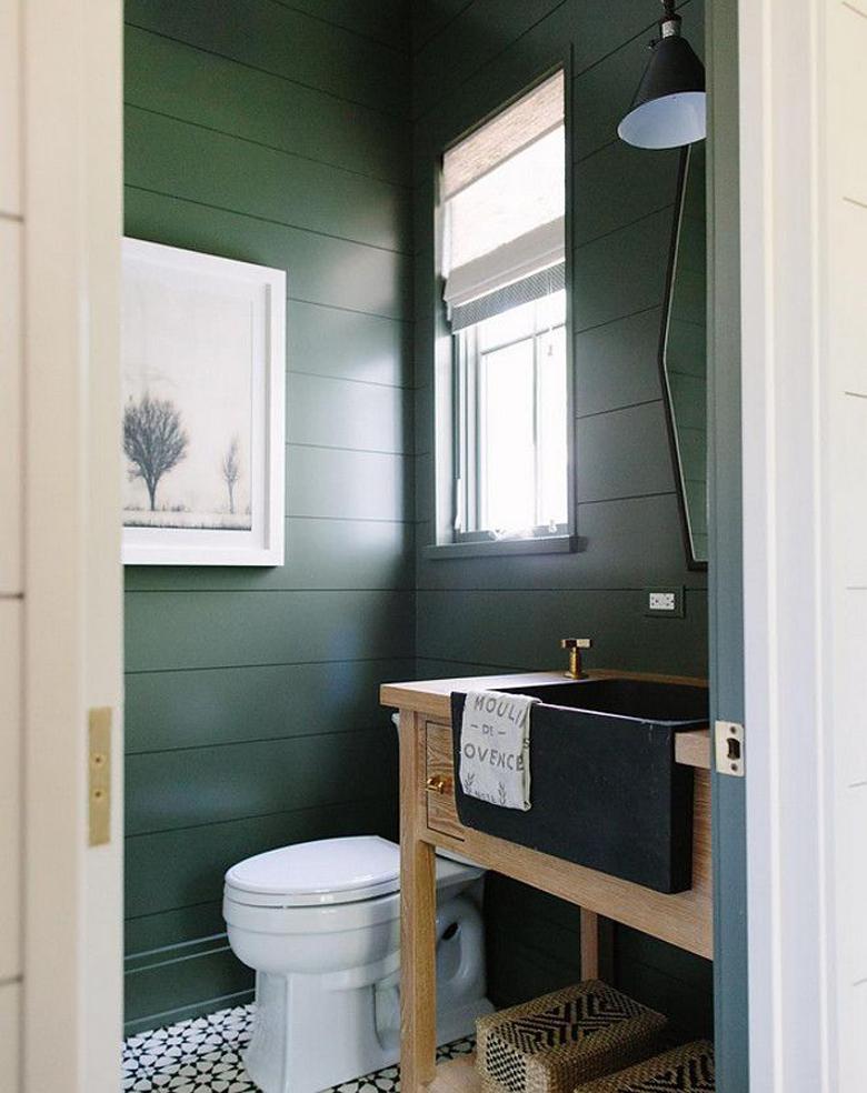 drewno i zieleń we wnętrzu łazienki