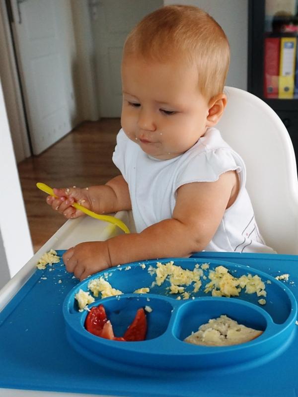 Hania i jajecznica z pomidorami - śniadanie dla dziecka
