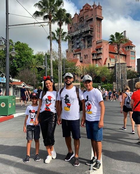 A coluna destaca Rai da banda Saia Rodada curtindo férias com a família nos Estados Unidos