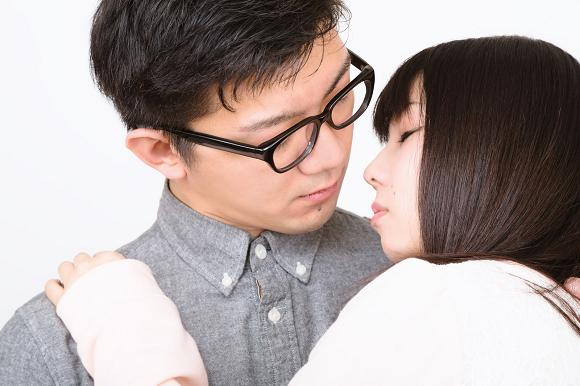 Karaokê oferece desconto para casais se beijarem na frente de funcionários