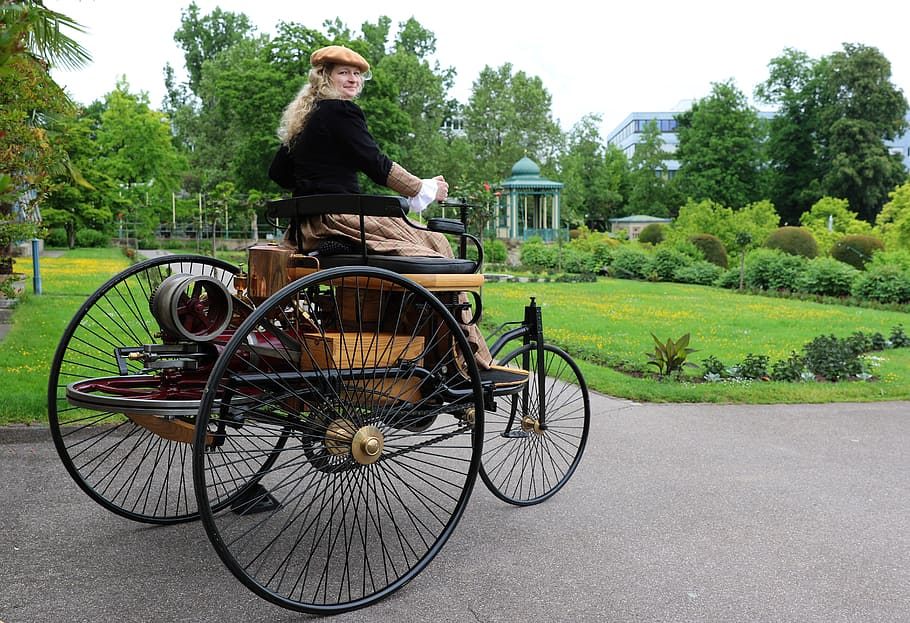 A lady driving the patent motor wagon autocurious