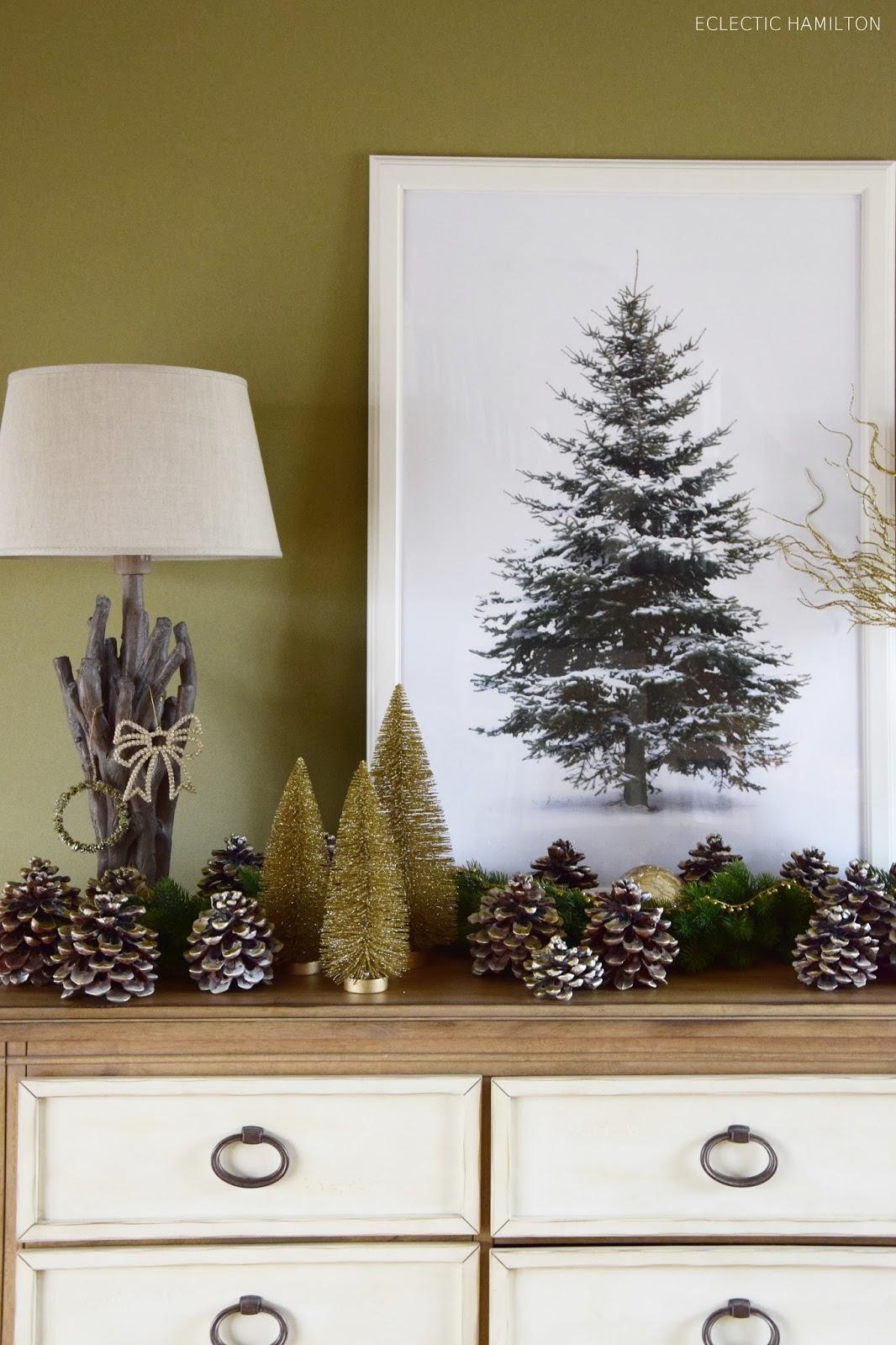 Weihnachtsdeko in Gold mit Pinienzapfen und Tannen in Gold